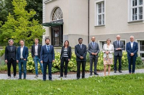 Gruppenfoto von den 10 Beteiligten des Treffens vor dem Rektorat.
