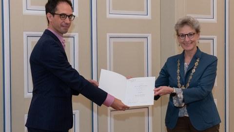 Prof. Staudinger (rechts) übergibt die Berufungsurkunde an Prof. Campas