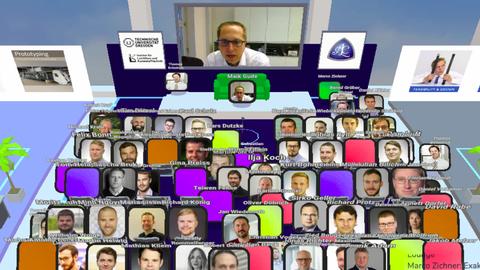 Blick in einen virtuellen Hörsaal, vorn der Professor etwas größer auf einem Bildschirm, darunter die Fotos der Teilnehmer.