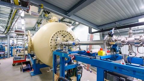 Foto eines Teilchenbeschleunigers in einer Vesuchshalle