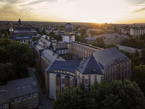 Blick auf den TU-Campus bei Dämmerlich, im Vordergrund der Beyerbau.