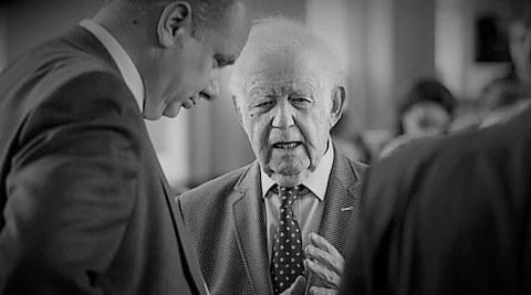 Kurt Biedenkopf (von vorn) im Gespräch mit Dirk Hilbert (links, seitlich),  in Schwarz-Weiß