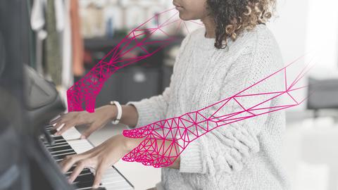 Eine junge Frau sitzt am Piano, in magenta sind stilisierte Roboterarme eingzeichnet.