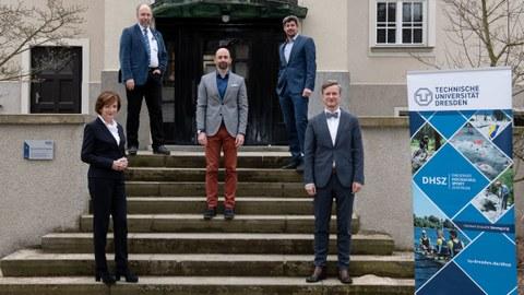 Gruppenfoto mit 5 Personen auf einer Treppe