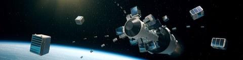 Eine Rakete fliegt durch den Weltraum, unten links ist der Rand der Erde zu sehen.