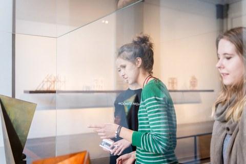 Drei junge Frauen am rechten Bildrand bzw. in der Mitte schauen sich Exponate im Albertinum an.