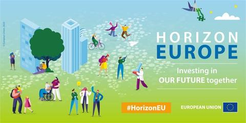 Vor vorn grünem übergehend in einen blauen Hintergrund befinden sich gezeichnete Menschen aller Größen und Geschlechter. Mitten im Bild sind Hochhäuser und ein Baum zu sehen. Rechts steht Horizon Europe, darunter Investing in our Futur together.