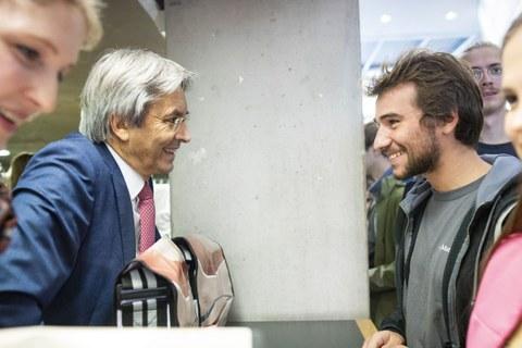 Prof. Müller Steinhagen (links) im Gespräch mit einem Studenten.