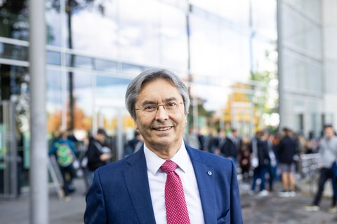 Porträtfoto Prof. Müller-Steinhagen vor dem Hörsaalzentrum