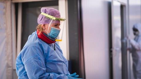 Blonde Frau in Schutzausrüstung und Kunststoffvisier