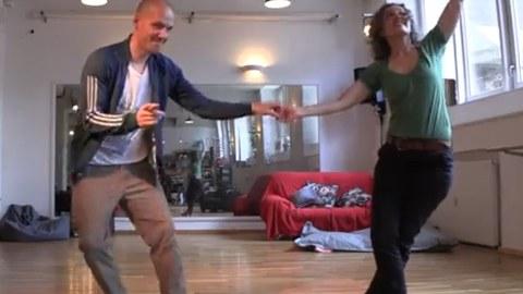 Ein Paar tanzt Lindy Hop im Tanzsaal