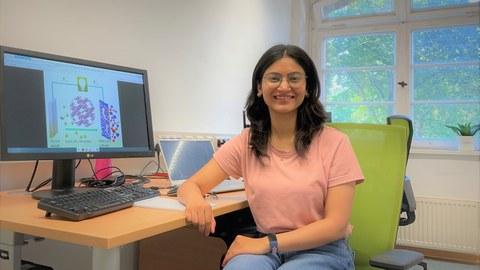 Preeti Bhauriyal sitzt am Computer.