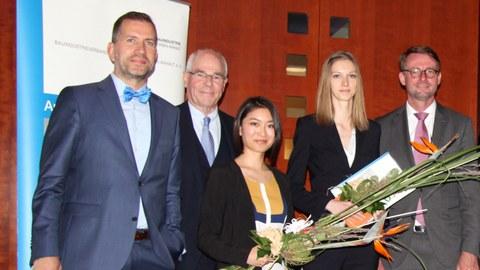 Die Preisträgerinnen Hong Trang Mai (dritte v.l.) und Cäcilia Karge (vierte v.l.) werden von BISA-Hauptgeschäftsführer Dr. Robert Momberg, BISA-Präsident Wolfgang Finck und Sachsens Innenminister Prof. Dr. Roland Wöller (v.l.n.r.) ausgezeichnet.