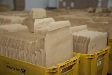 Bild mit Postkästen voller Briefe.