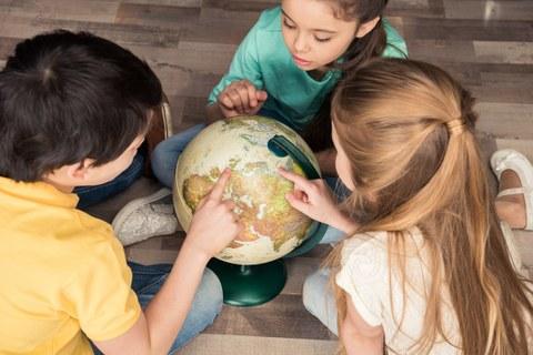 Kinder mit Globus
