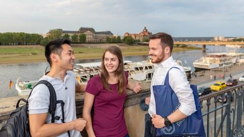Studierende vor Dresden Kulisse