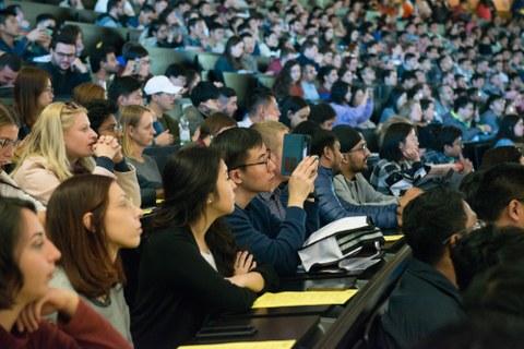 Blick in einen voll besetzen Hörsaal mit Studenten aus verschiednenen Herkunftsländern