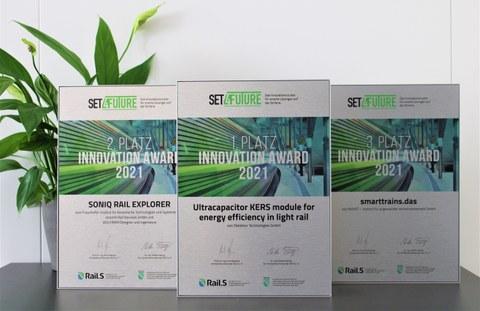 Drei Urkunden des Set4Future-Preises nebeneinander stehend.