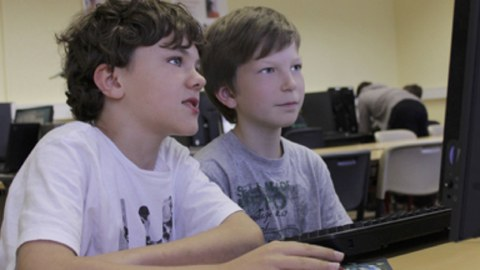 Kinder im Schülerrechenzentrum