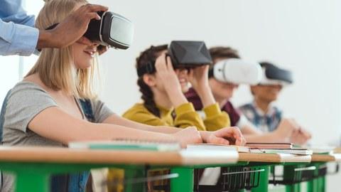 Schülerinnen und Schuler mit VR-Brille
