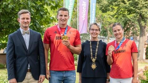 Gruppenfoto von links: Dr. Handschuh, Tom Liebscher mit Medaille, Prof. Staudinger, Tina Punzel mit Medaille