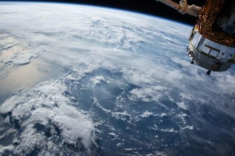 Ein Satellit kreist über der Erde