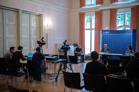 Pressekonferenz zur Verabschiedung von Prof. Müller-Steinhagen. Er sitzt im Podium, im Vordergrund Journalisten mit Ausrüstung.