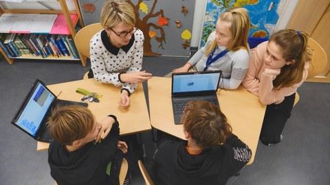 Grundschulleiterin Maxi Hess mit Schülerinnen und Schülern der Universitätsschule Dresden