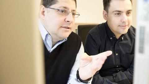 Foto: Dr. Ioannis Mitroulis (rechts) und Prof. Triantafyllos Chavakis diskutieren die Ergebnisse der in Cell publizierten Forschungsarbeit