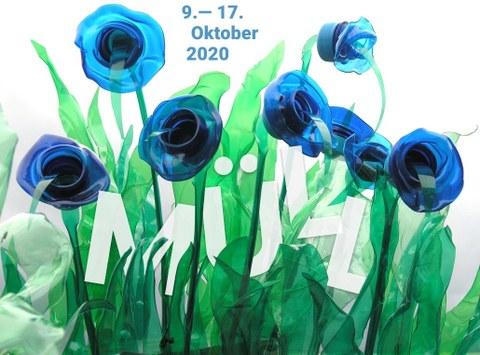 Blumen aus Plastik, im Gras steht das Wort Müll und die Daten des Festivals