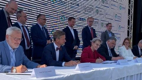 Die Rektorin der TU Dresden, Prof. Ursula M. Staudinger, unterzeichnet im Beisein von Sachsen Ministerpräsident Michael Kretschmer und Staatssekretär Prof. Wolf-Dieter Lukas vom Bundesministerium für Bildung und Forschung (BMBF) den Kooperationsvertrag.