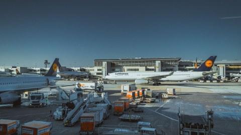 Flughafenszene, verschiedene Lufthansa-Maschinen, Fahrzeuge und Ausrüstung auf dem Rollfeld eines Flughafens