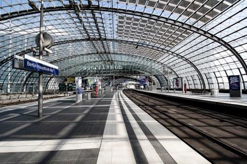 Blick auf einen Bahnsteig im Berliner Hauptbahnhof