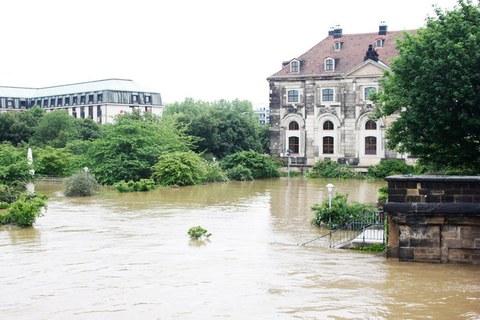 Blick auf das vom Hochwasser überflutete Gelände beim Dresdner Blockhaus und Hotel Westin Bellevue.