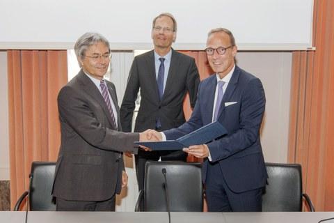 TUD-Rektor Hans Müller-Steinhagen mit den DB Netz AG-Vorständen Dr. Volker hentschel (Mi) und Jens Bergmann