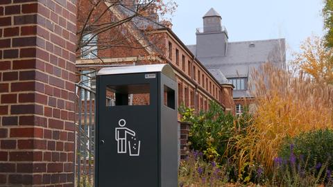 Bild eines Mülleimers auf dem Campus der TU Dresden.
