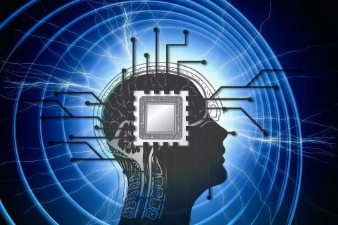 Schattenbild eines menschlichen Kopfes von der Seite in Schwarz. Darauf ein Mikrochip und Schaltkreise