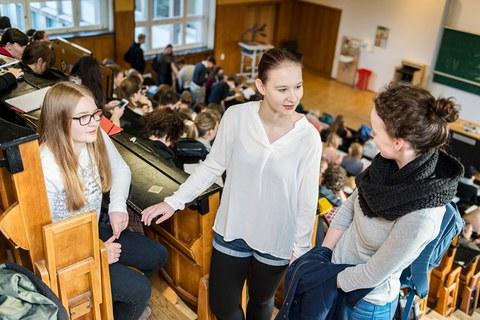 Drei Frühstudentinnen in einem Hörsaal im Andreas-Schubert-Bau der TU Dresden.