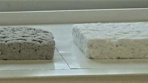3 cm dicke Faserisoliermatten (links grau auf Basis von Altpapier; rechts naturweiß auf Basis von Cellulose
