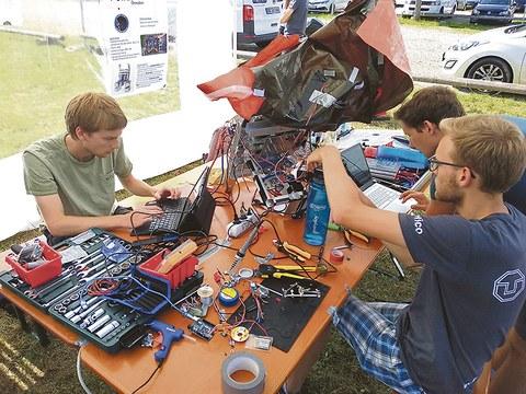 In München wurden von Lucas Nöller, Martin Feuerherdt und Rico Nerger (v.l.n.r.) die letzten Vorbereitungen für einen Testlauf des Weltraumfahrstuhls getroffen. Dort gewannen die Studenten auch den Teamspirit Award.