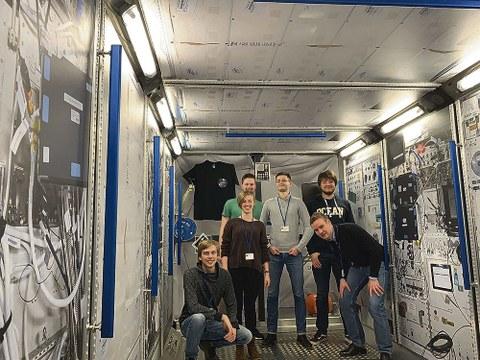 Mitglieder von STAR im Dummy des Columbus-Moduls der Internationalen Raumstation: Lucas Nöller, Elisabeth Berka, Nils Hensch, Frank Windeck, Julius Karlapp und Jakob Lindenthal (v.l.n.r.).