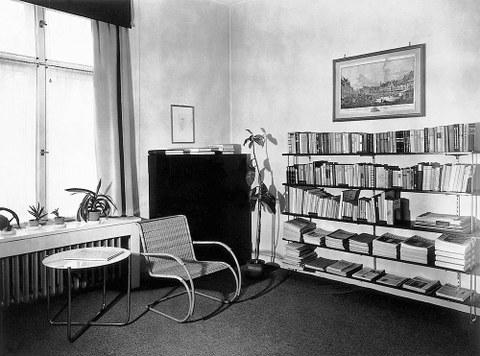 Piet Mondrian entwarf im Auftrag der Dresdner Kunstsammlerin Ida Bienert für ihre Villa in der Würzburger Straße 46 die farbige Gestaltung des Damenzimmers. Die Entwürfe wurden nicht realisiert, Original-Zeichnungen sind in der Ausstellung zu sehen.
