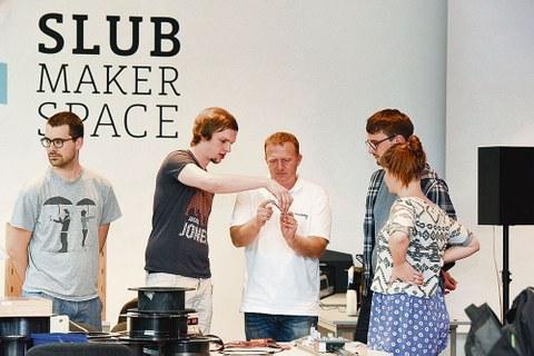 Der Makerspace der SLUB in der Bereichsbibliothek DrePunct ist ein offener Kreativraum für Menschen, die ihre Ideen und Do-It- Yourself-Projekte realisieren möchten, neue Techniken ausprobieren, Erfahrungen austauschen und Mitstreiter finden wollen.