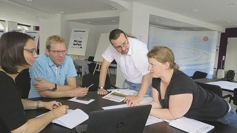 Team-Mitglieder des Forschungsprojekts »Life Local Adapt« beraten bei einem Projekttreffen am Hamburger Climate Service Center Germany.