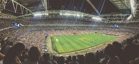 Fußball lebt nicht nur von tollen Toren und klasse Spielern, sondern auch von der Berichterstattung. Doch wie funktioniert diese aus linguistischer Sicht? Dr. Simon Meier-Vieracker beschäftigt sich seit rund fünf Jahren damit.