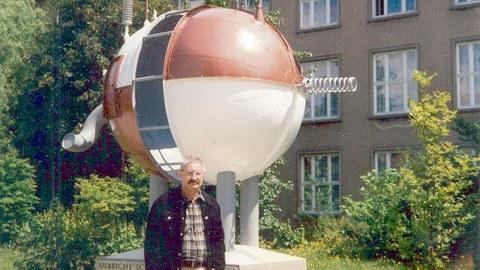 Prof. Jürgen Schieferdecker vor seinem Werk »Ulbricht'sche Kugel/Die Heimkehr des Elefanten Celebes (für Max Ernst)« am Willers-Bau, 1984.