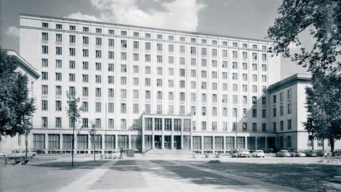 In den 1950er-Jahren entwarf Richard Paulick auch das Hauptgebäude der heutigen Hochschule für Technik und Wirtschaft Dresden (HTW) am Friedrich-List-Platz.