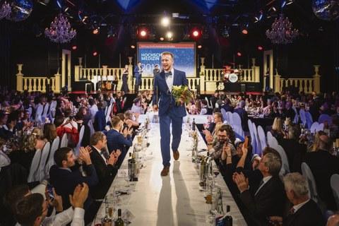 Die traditionelle Gala der Hochschulmedizin Dresden bot den Rahmen für die zu Herzen gehende Spendenaktion. Auf dem »Laufsteg« ist hier Martin Kramer zu sehen, dem für sein außerordentliches Engagement weit über das Studium hinaus besonders gedankt wurde.