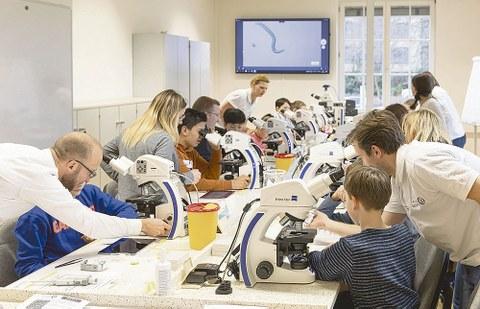 """""""Ran an die Okulare!"""", hieß es für die Schüler bei der Eröffnung des digitalen Klassenzimmers für Mikroskope."""