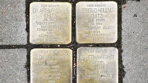 Die Stolpersteine vor dem ehemaligen Wohnhaus der Familie Chitz in der Dresdner Helmholtzstraße 3b.